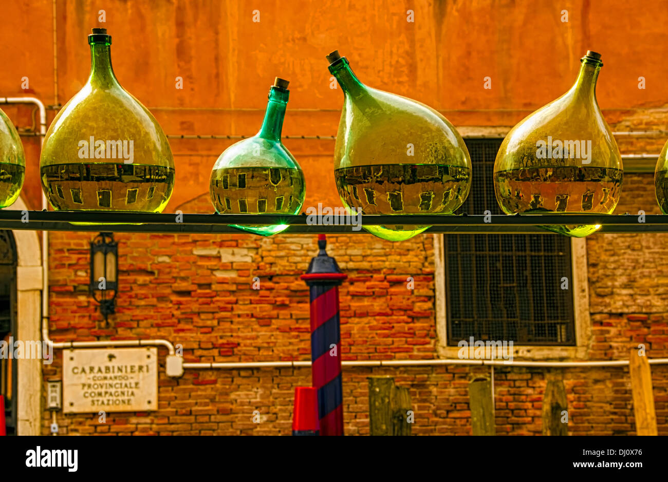 La disposizione delle vecchie bottiglie realizzate dalla Nuova Zelanda artista Bill Culbert presso la chiesa di Santa Maria della Pietà, Venezia, Italia. Immagini Stock