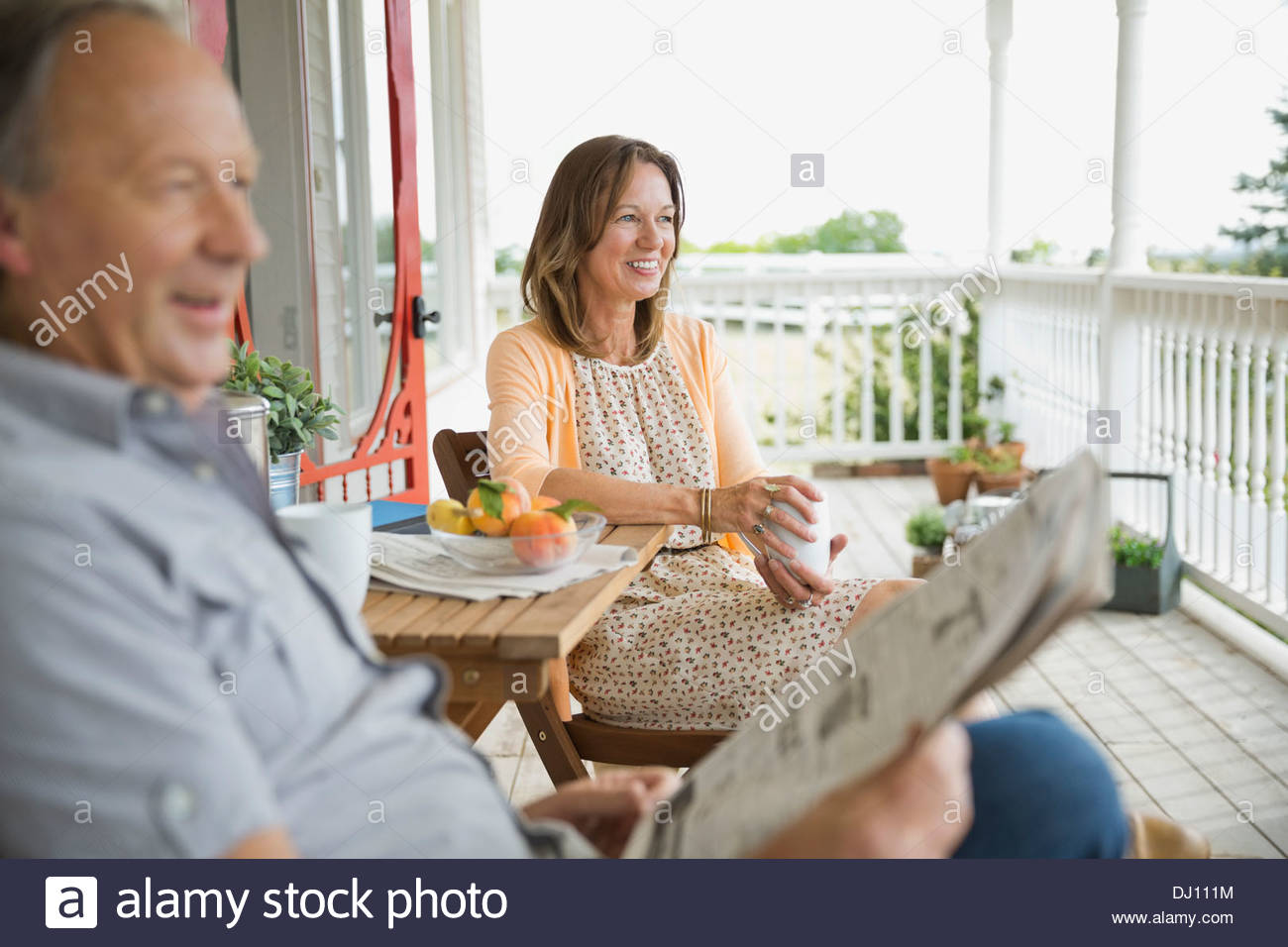 Coppia senior di trascorrere del tempo insieme sul portico anteriore Immagini Stock
