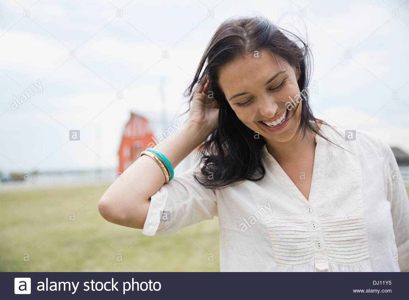 Ritratto di donna sorridente all'aperto Immagini Stock