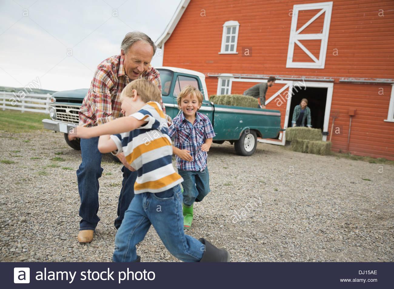 Nonno a giocare con i bambini in agriturismo Immagini Stock