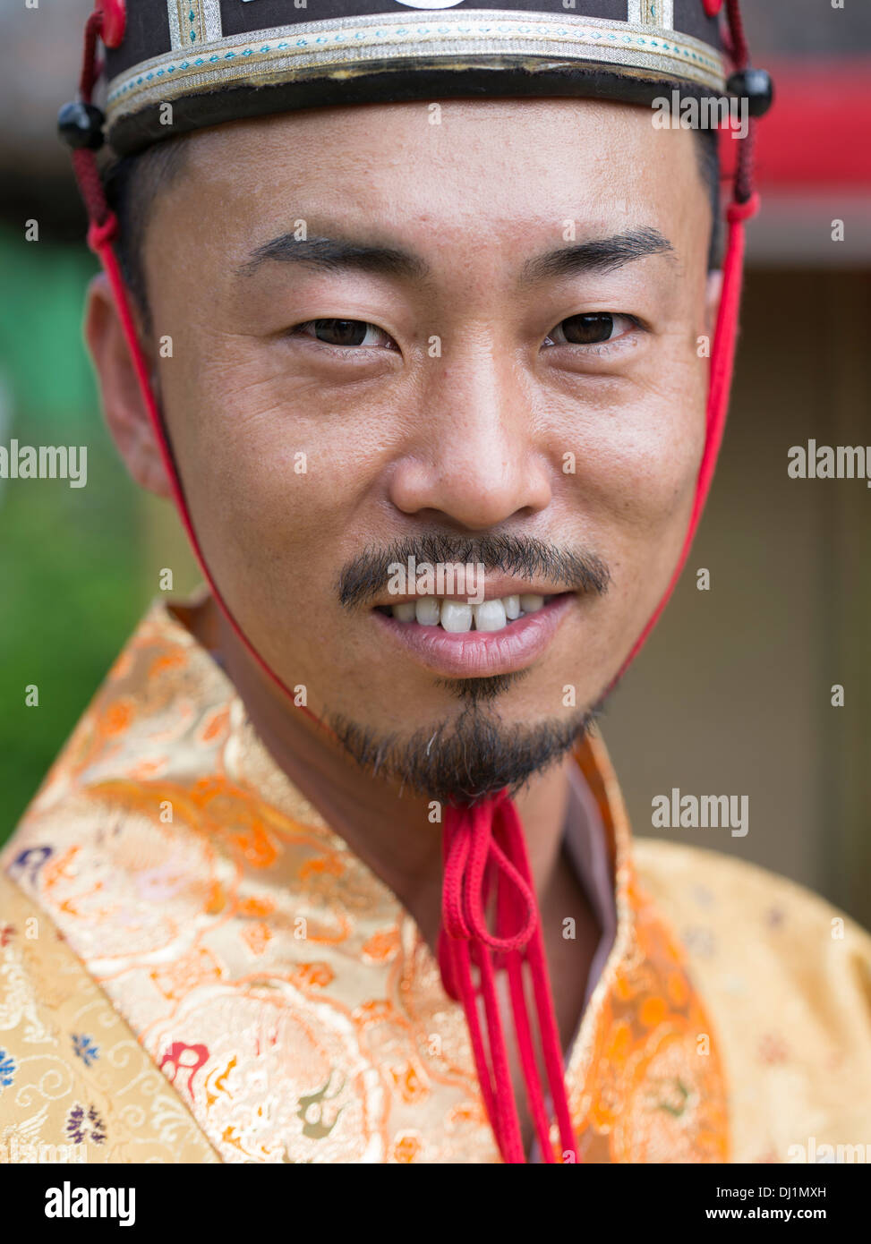 Uomo di Okinawa in costume tradizionale a Ryukyu Mura villaggio storico, Okinawa, in Giappone Immagini Stock