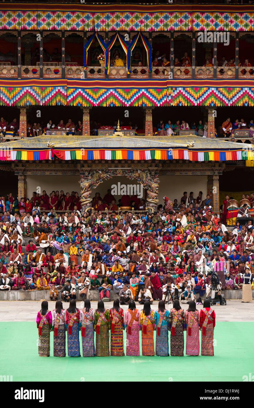 Il Bhutan, Thimpu Dzong, Tsechu annuale, femmina ballerini folk di eseguire tra danze Foto Stock