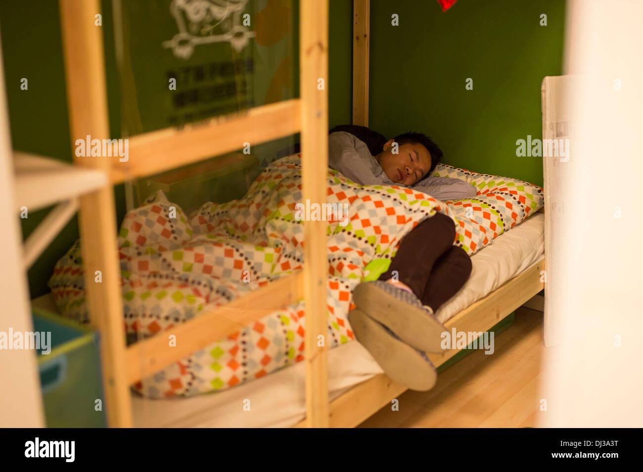 Ikea Poltrone Per Camera Da Letto.Pechino Cina Xix Nov 2013 Gente Che Dormiva Su Mobili Da