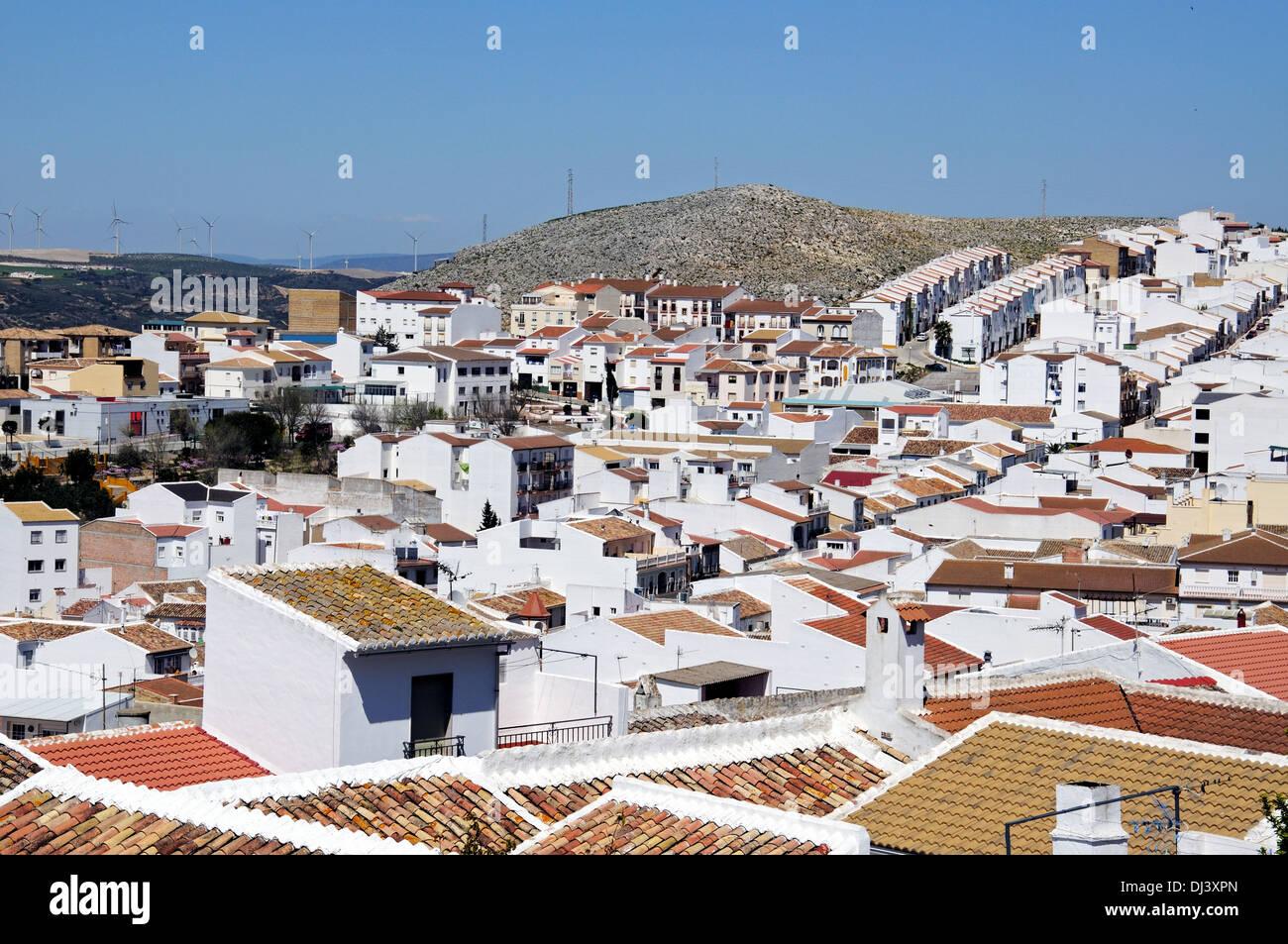 Vista sopra i tetti di villaggio, Teba, provincia di Malaga, Andalusia, Spagna, Europa occidentale. Immagini Stock