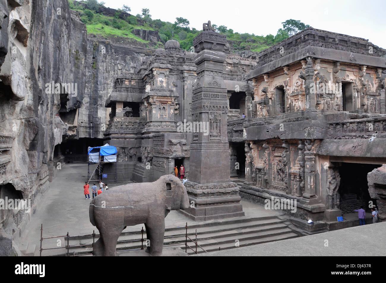 Grotta 16 : Tempio cortile e vittoria pilastro nord. Narasimha sulla parete sud. Grotte di Ellora, Aurangabad, Maharashtra, India Foto Stock