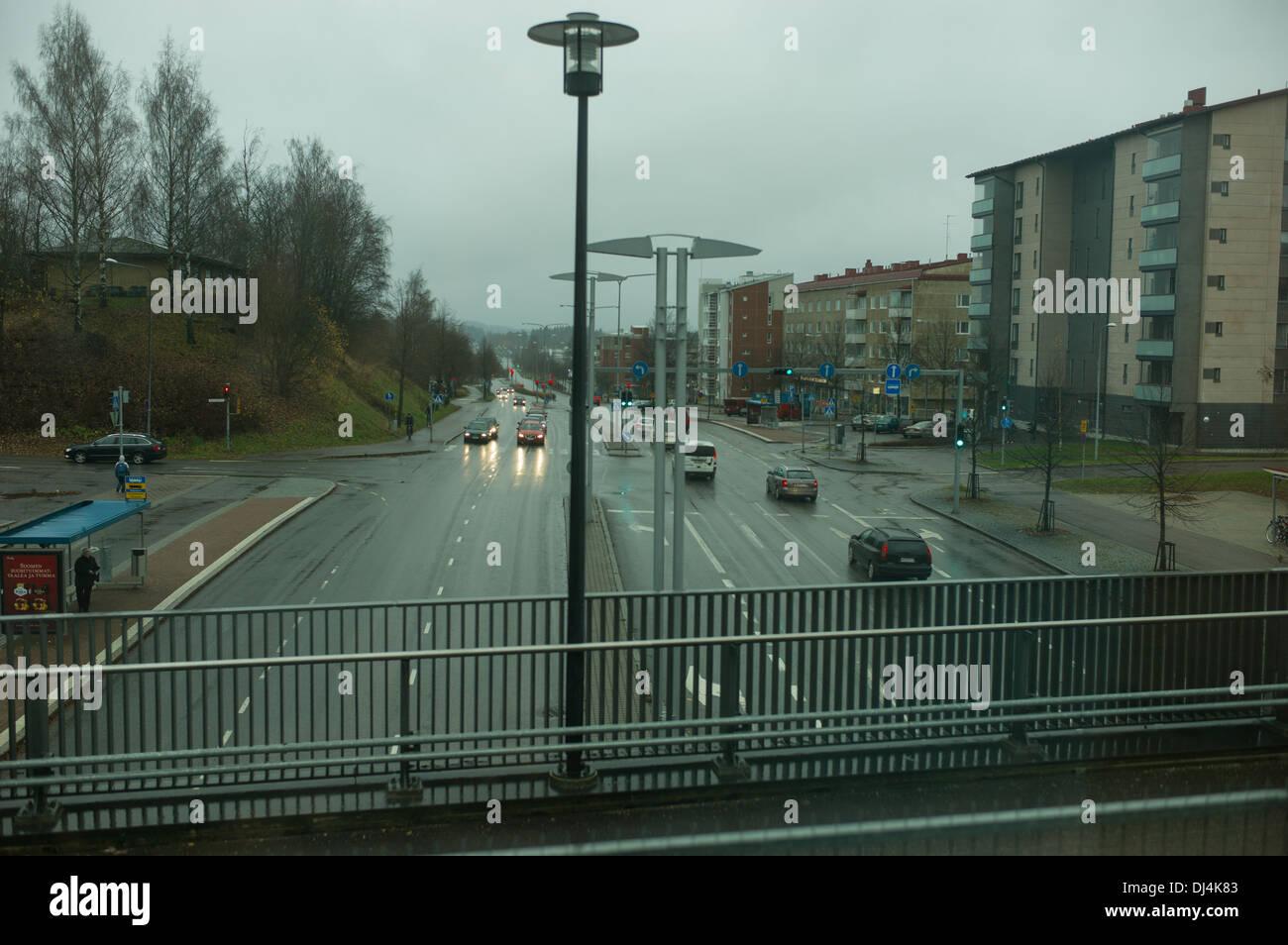 Stazione ferroviaria,ponte,treni,Allegro,Finlandia,Road,auto,nuvoloso, pioggia,stazione ferroviaria,Casa,edificio,Persone,città,città,urbana, Immagini Stock
