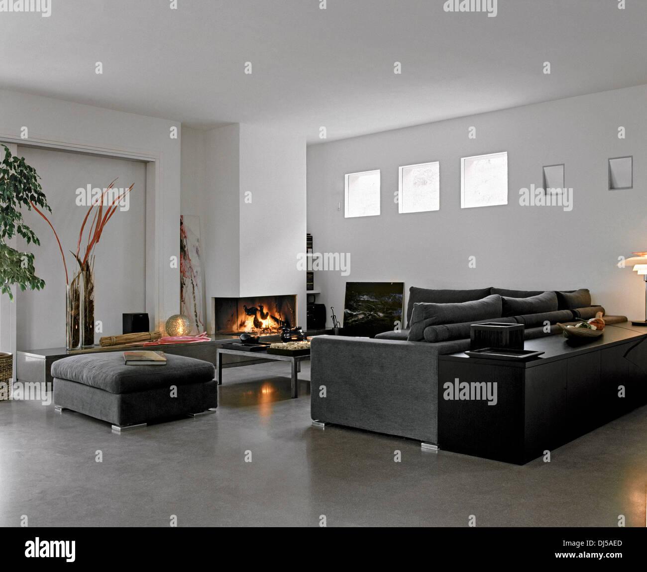 Soggiorno Moderno Con Camino soggiorno moderno con tessuto divano e caminetto e pavimento