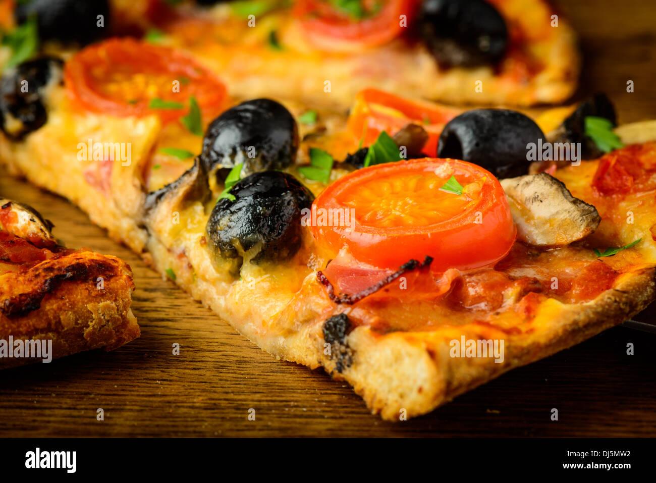 Primo piano particolare di freschi di forno tradizionale pizza italiana Immagini Stock