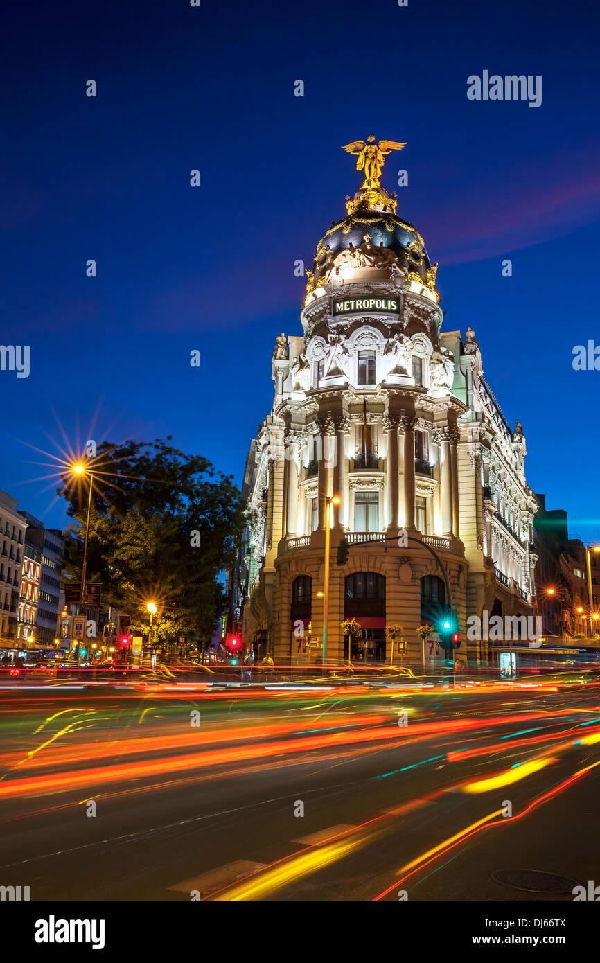 Raggi del semaforo sulla Gran Via di Madrid di notte. La Spagna, l'Europa. Immagini Stock