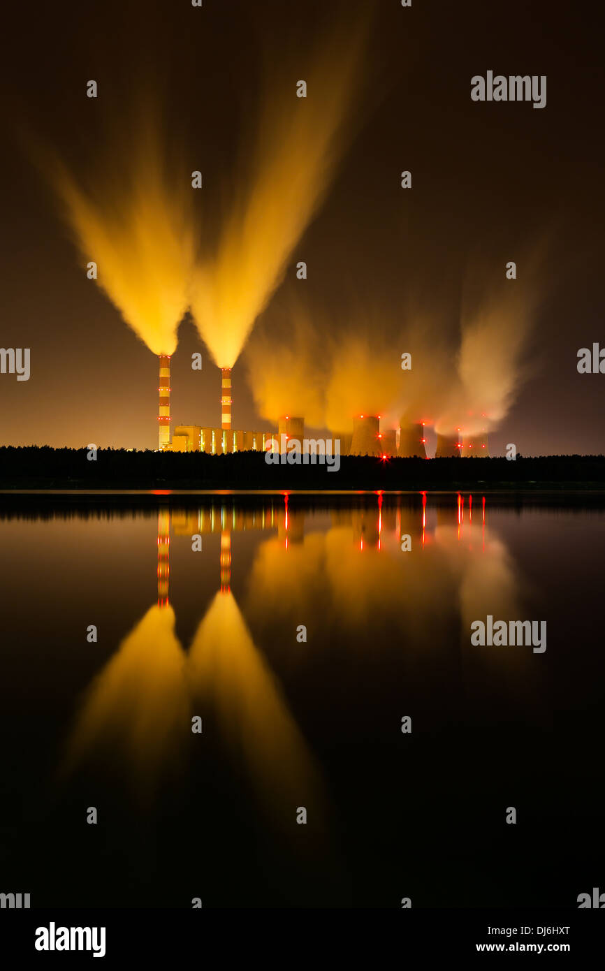 Carbone la stazione di alimentazione e la notte - Belchatow Polonia. Immagini Stock
