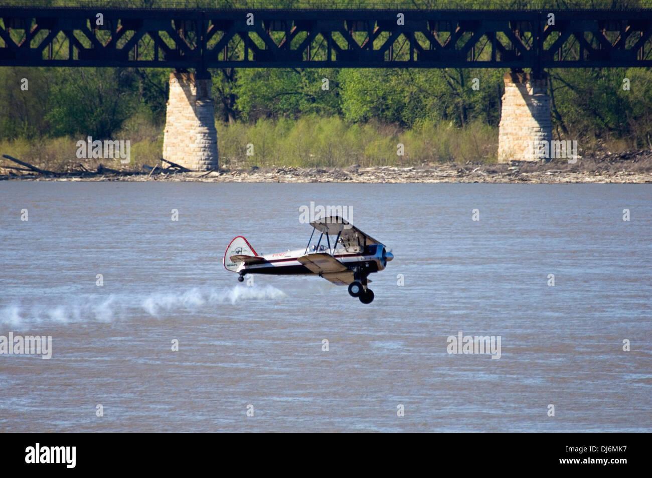 Un biplano volare sopra il fiume Ohio durante il tuono su Louisville Immagini Stock