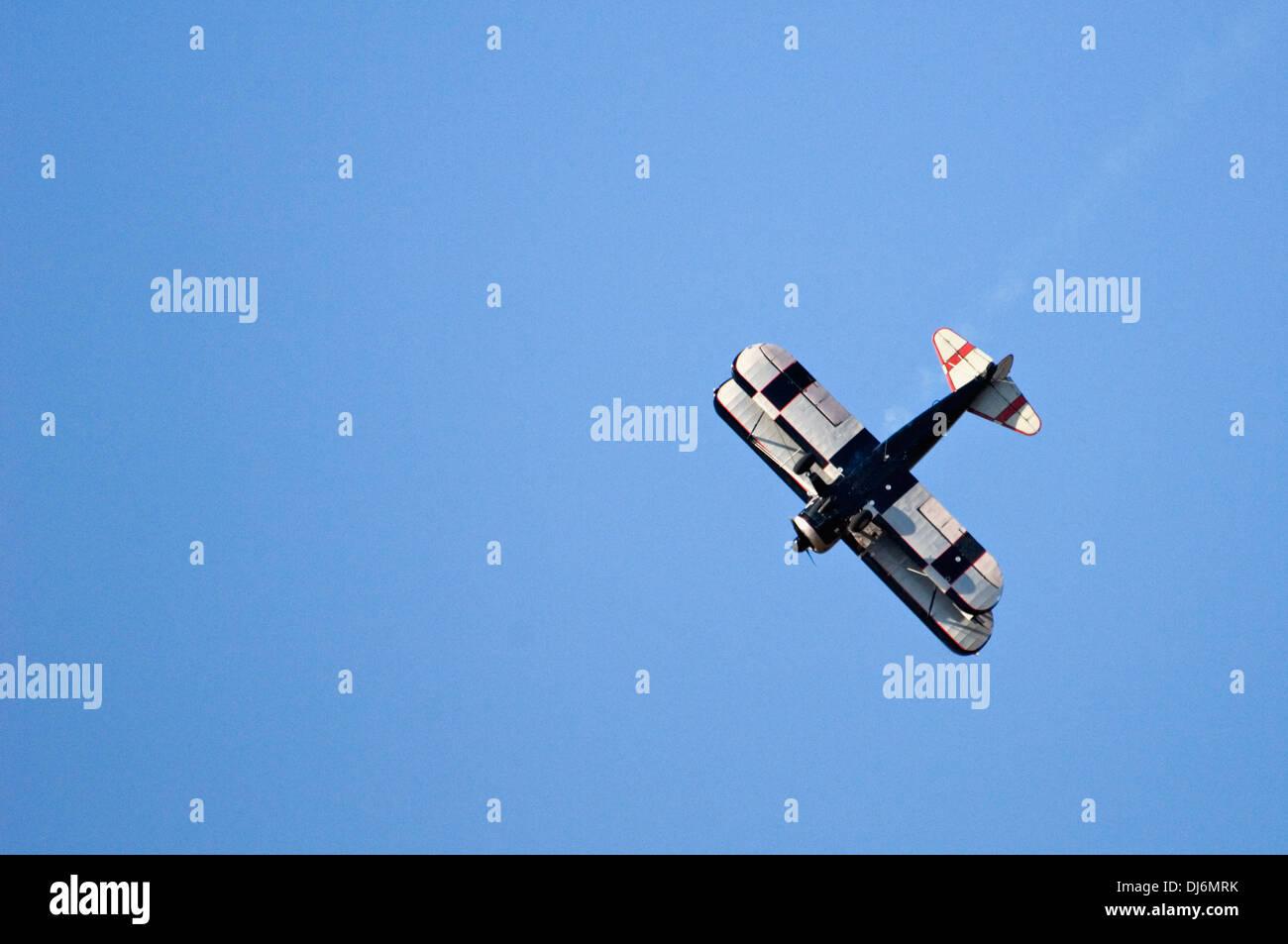 Un biplano eseguendo un immersione durante il tuono su Louisville Immagini Stock