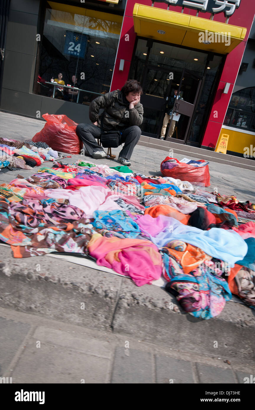 Man Selling Clothes Immagini   Man Selling Clothes Fotos Stock - Alamy a60432213bc