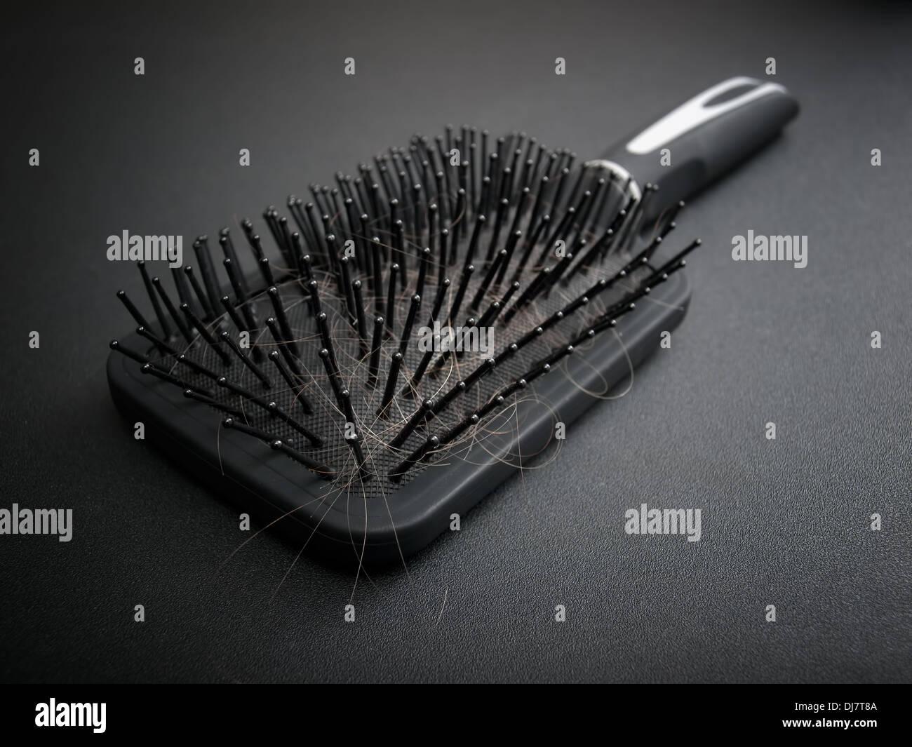 Spazzola per capelli piena di peli caduti durante la vostra acconciatura. Immagini Stock