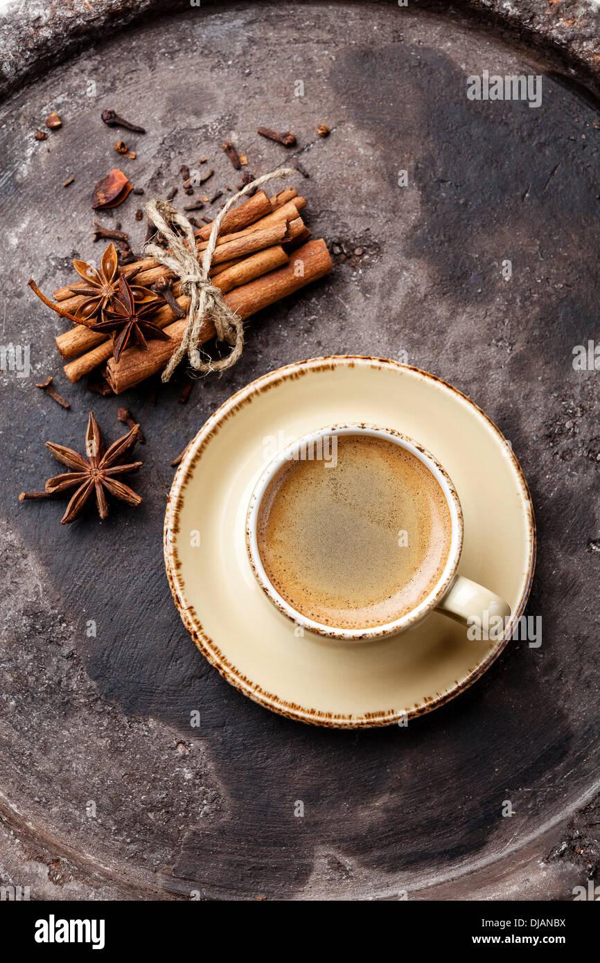 Caffè con spezie su sfondo scuro Immagini Stock