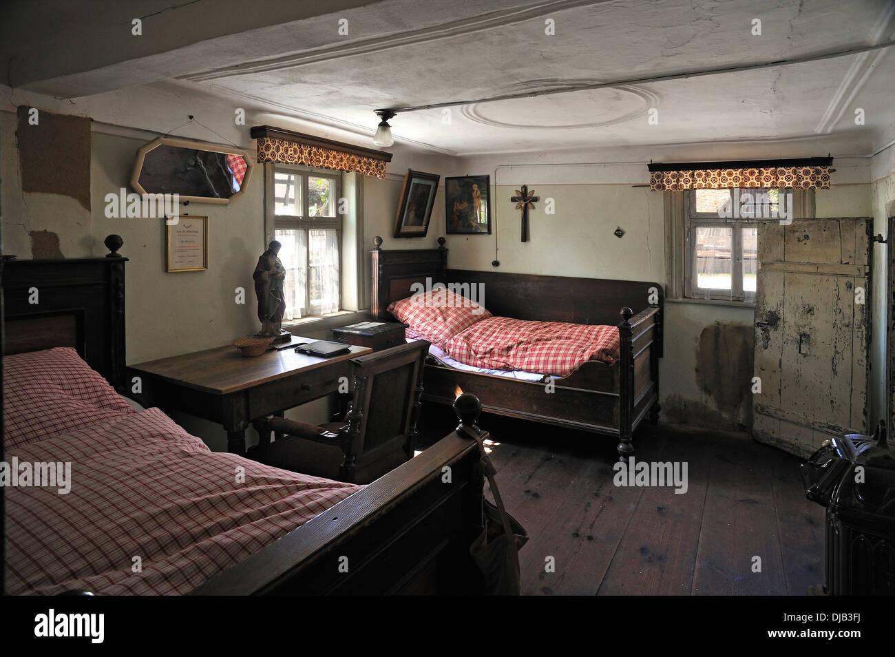 Camera da letto con scrivania, arredate come nel 1920, in una casa ...