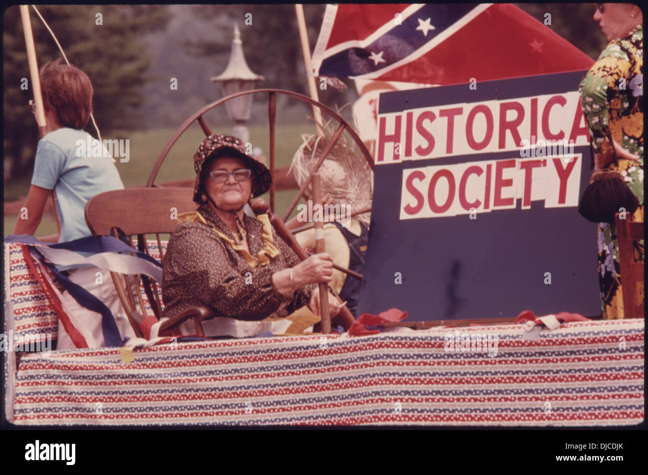 WHITE società storica della contea di galleggiare in un quarto di luglio PARADE giù sulla strada principale in Helen, GEORGIA, vicino . 711 Immagini Stock