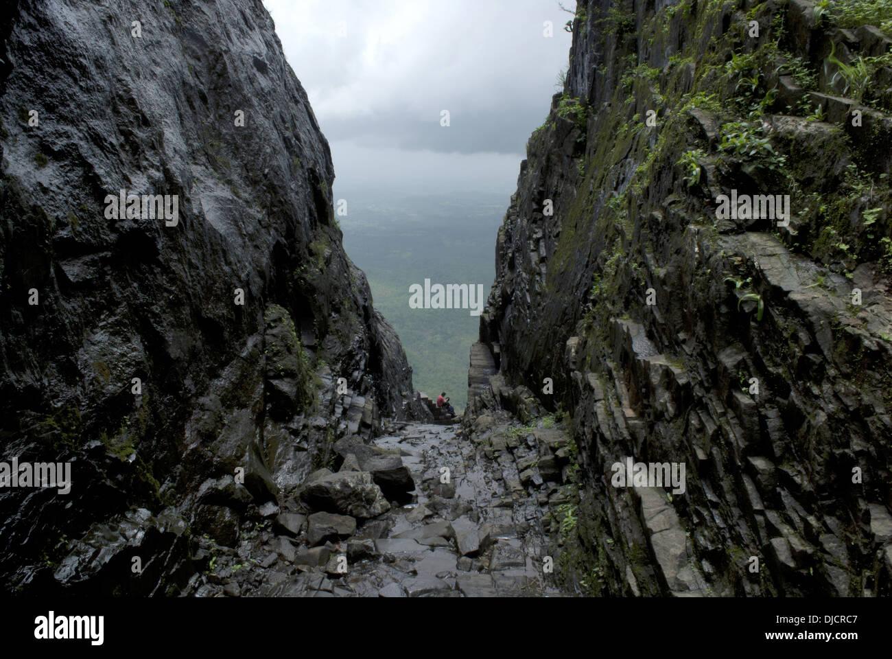 Naneghat un passo di montagna. I Ghati Occidentali intervallo vicino Junnar distretto di Pune, Maharashtra, India. Vista dal lato sexyboys. Immagini Stock
