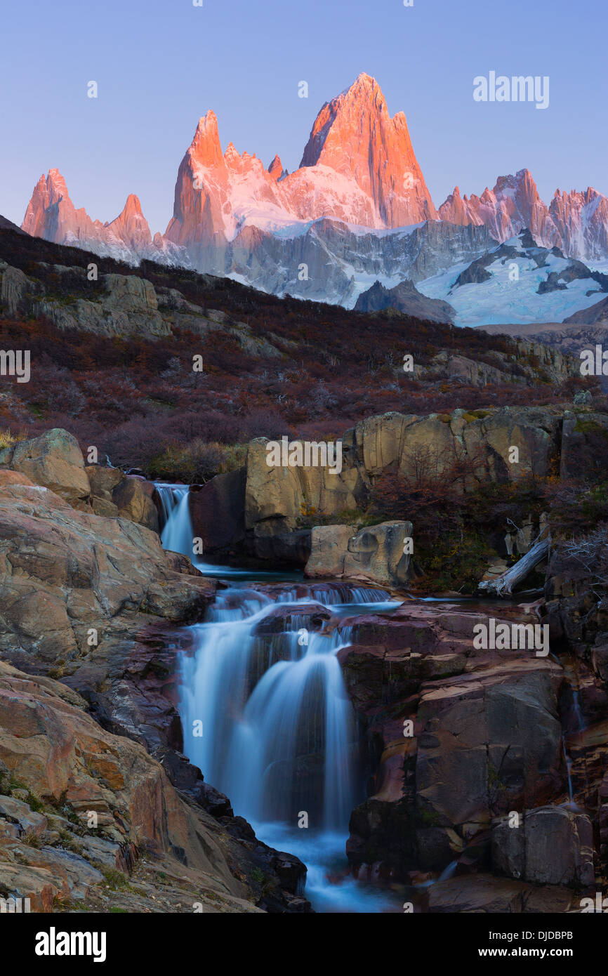 Cascate di Arroyo del Salto fiume con Fitz Roy massiccio in background.Patagonia.Argentina Immagini Stock