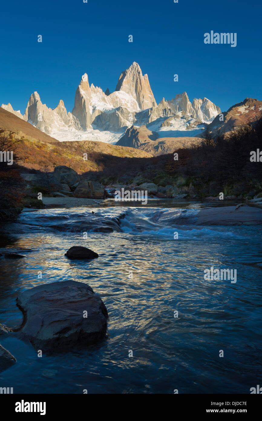 Arroyo del Salto fiume con Fitz Roy massiccio in background.Patagonia.Argentina Immagini Stock