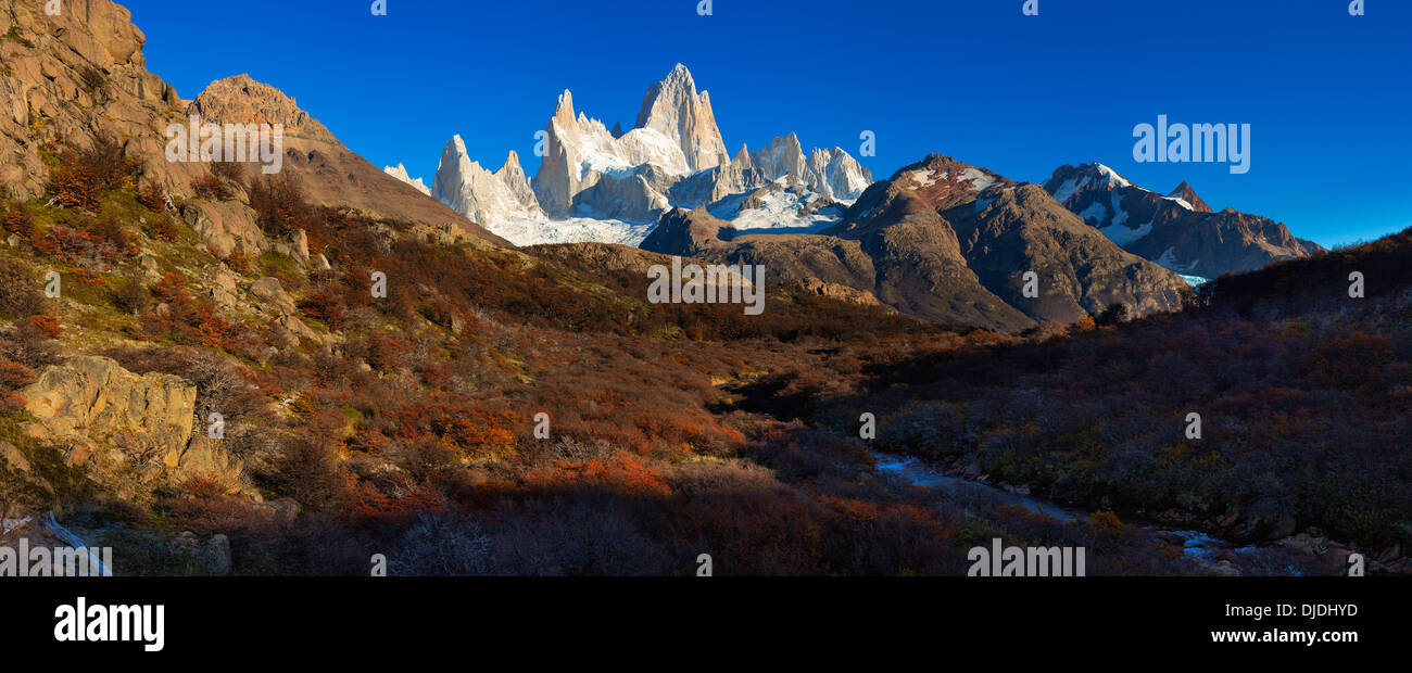 Vista panoramica del Fitz Roy massiccio con collezione autunno gli alberi in primo piano.Patagonia.Argentina Immagini Stock