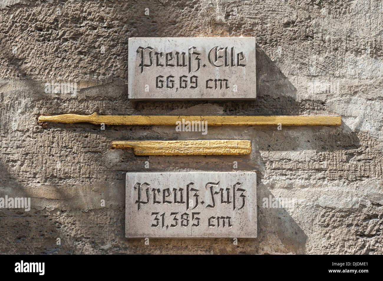 Misure storiche di lunghezza presso il Municipio, dorate con pannelli esplicativi, Bad Langensalza, Turingia, Germania Immagini Stock