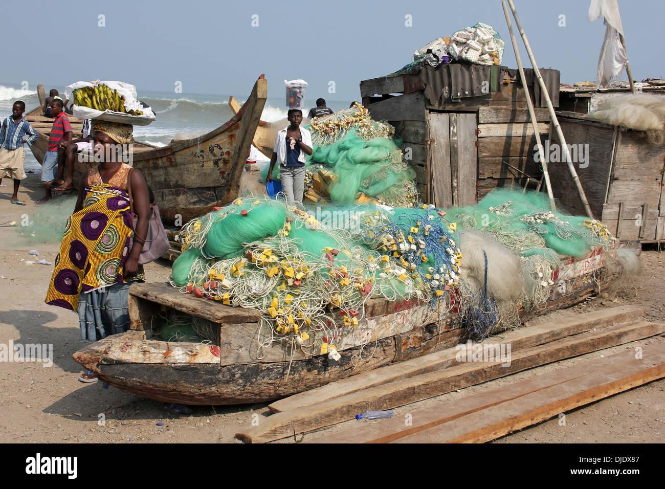 Scena quotidiana a Cape Coast porto di pesca, Ghana Immagini Stock