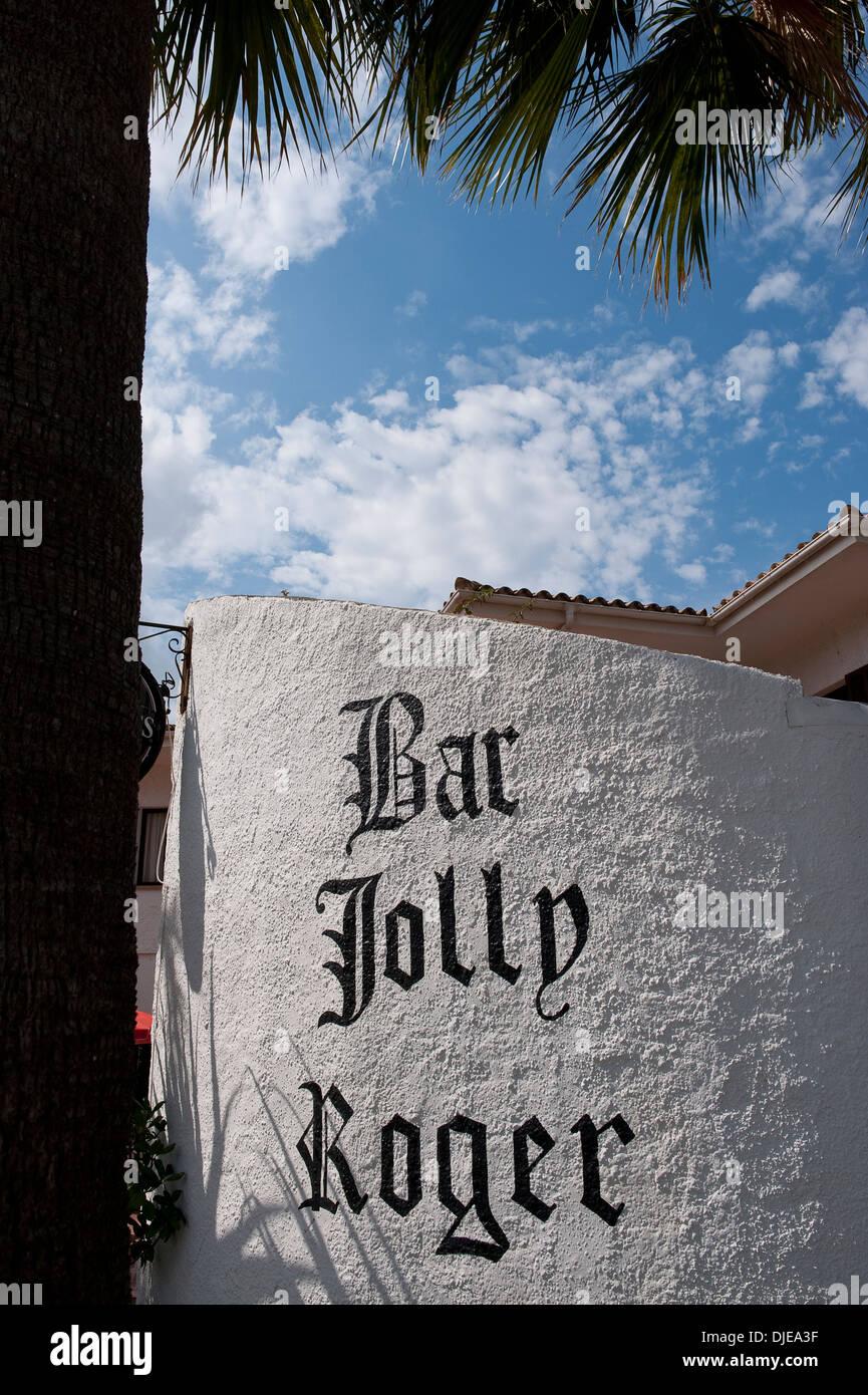 Segno al di fuori del Bar Jolly Roger in Mallorca. Immagini Stock