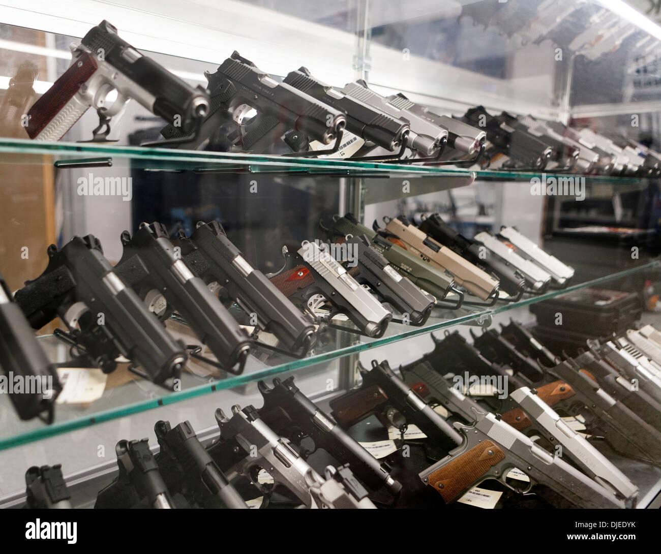 Molte pistole per la vendita in un negozio di pistola NEGLI STATI UNITI Immagini Stock
