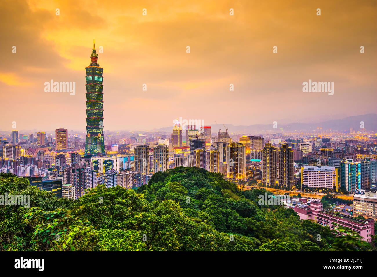 Moderni edifici per uffici a Taipei, Taiwan al crepuscolo. Immagini Stock