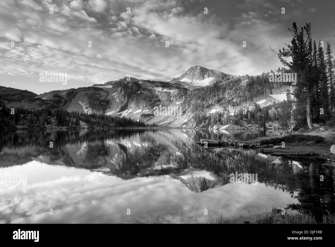 Luce della Sera e di riflessione a specchio del lago sul lago con cappuccio Eagle Mountain. Eagle Cap deserto, Oregon Immagini Stock