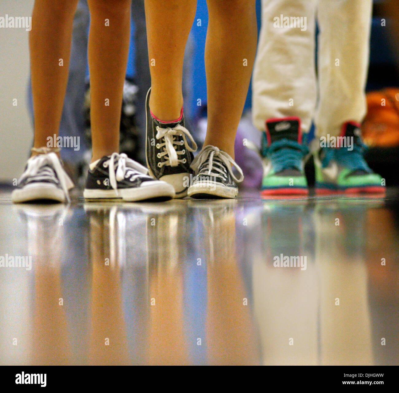 Luglio 30, 2010 - Clearwater, FL, Stati Uniti d'America - DOUGLAS R. CLIFFORD | Orari .NP_326284_CLIF_ballerina_3 venerdì (7/30/2010) CLEARWATER Dance gli studenti in linea con la loro danza urbana scarpe venerdì durante l'apprendimento della coreografia di Chase Benz (CQ), 23, di Los Angeles, California, che egli ha creato per Rihanna la canzone Rehab durante una Master Class venerdì presso lo Studio danza Co. in Clearwater. Benz è tourin Immagini Stock