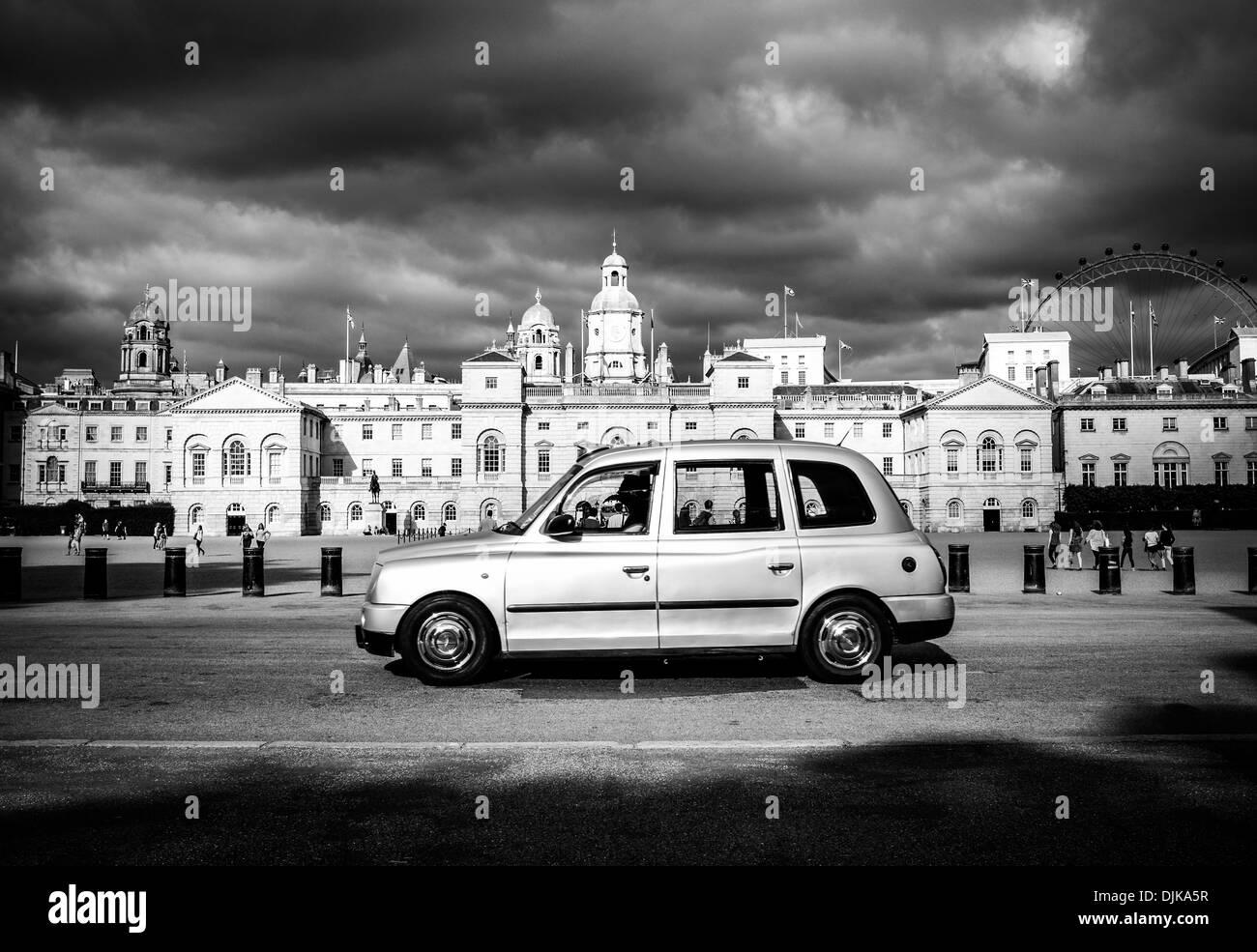 Il servizio taxi di fronte la sfilata delle Guardie a Cavallo, Londra, Inghilterra Immagini Stock