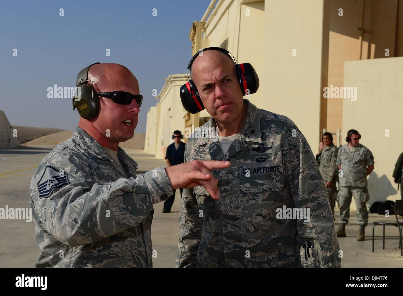 Master Sgt. Jeremy Carlock, 48th Manutenzione aeromobili squadrone productions soprintendente colloqui con il Brig. Gen. Giovanni Shapland, U Immagini Stock