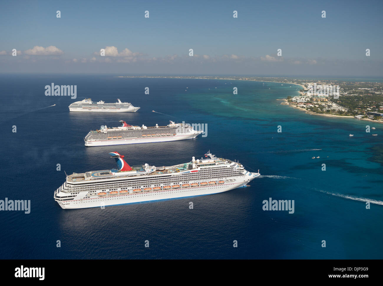 Navi da crociera Grand Cayman, Isole Cayman, British West Indies, Seven Mile Beach in background Immagini Stock
