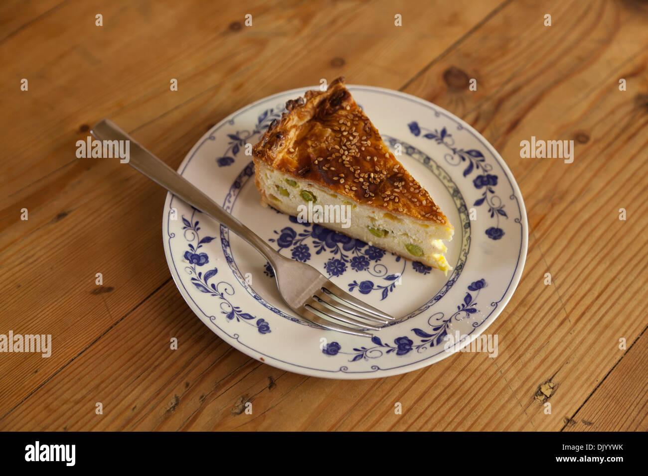 Una fetta di Gozo tradizionale torta di formaggio i cui ingredienti principali sono molli di pecora e formaggio grattugiato essiccato il formaggio di pecora. Immagini Stock