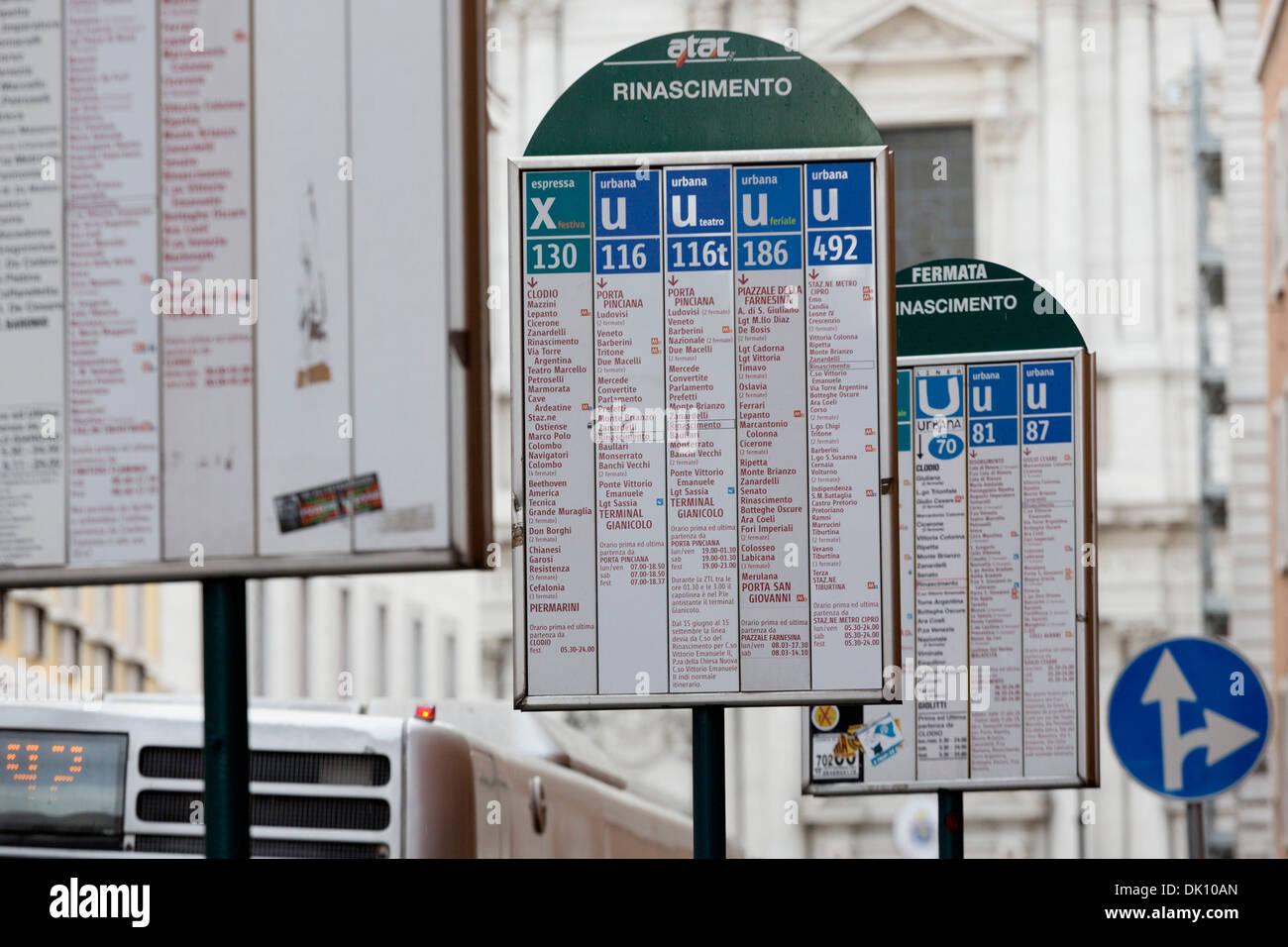 Segni di linee di autobus a Roman fermata bus nel corso del Rinascimento, Roma, lazio, Italy Immagini Stock