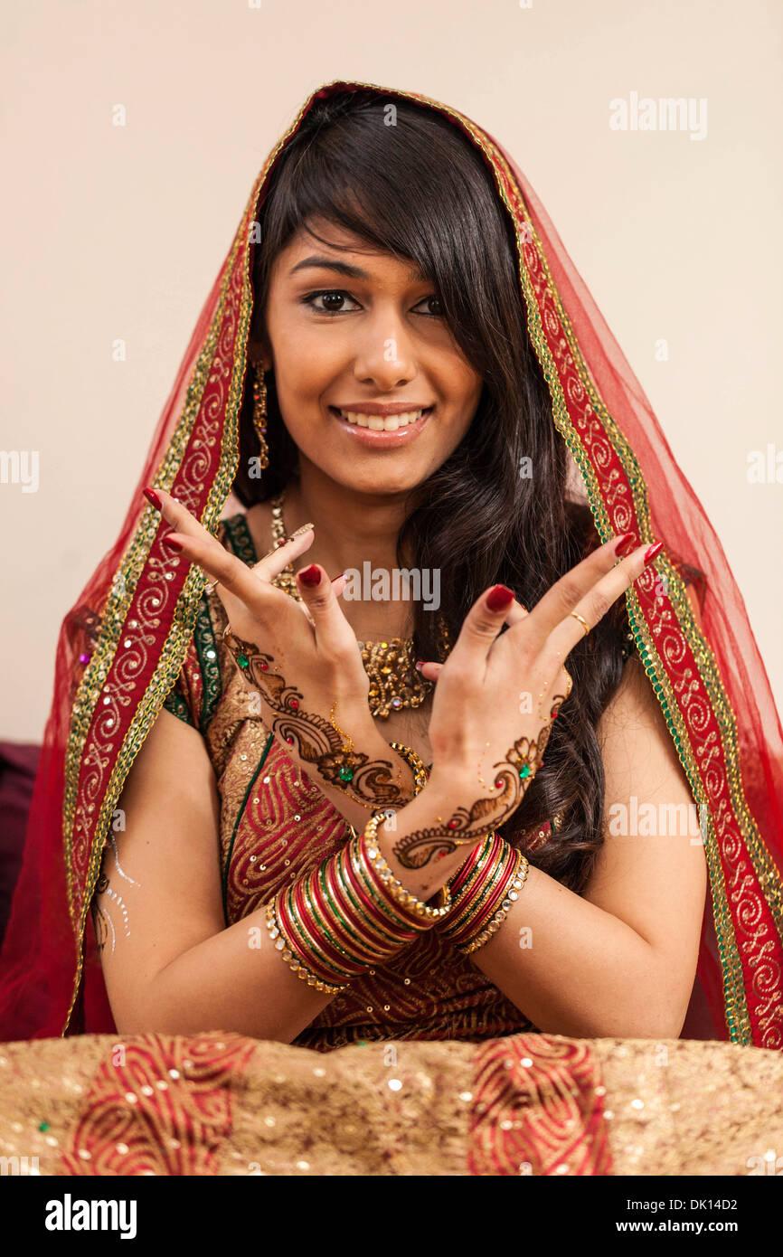 Ritratto di una donna Indiana con Henna Tattoos sulle mani. Immagini Stock