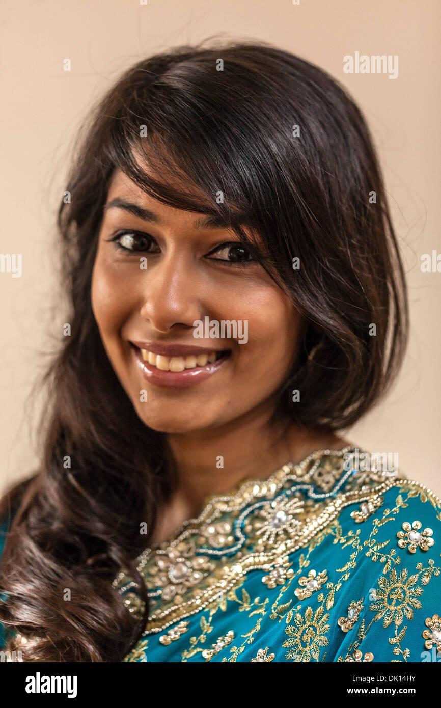 Headshot ritratto di una bellissima donna indiana sorridente. Immagini Stock
