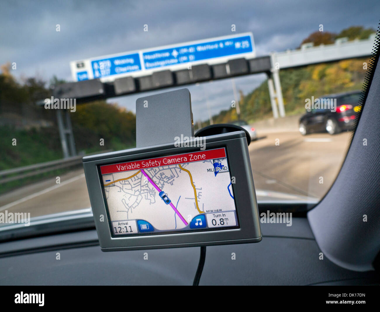 Sistema di navigazione satellitare schermo in auto sulla M25 Orbital con red 'Zona Autovelox variabile' avviso visualizzato Surrey UK Immagini Stock