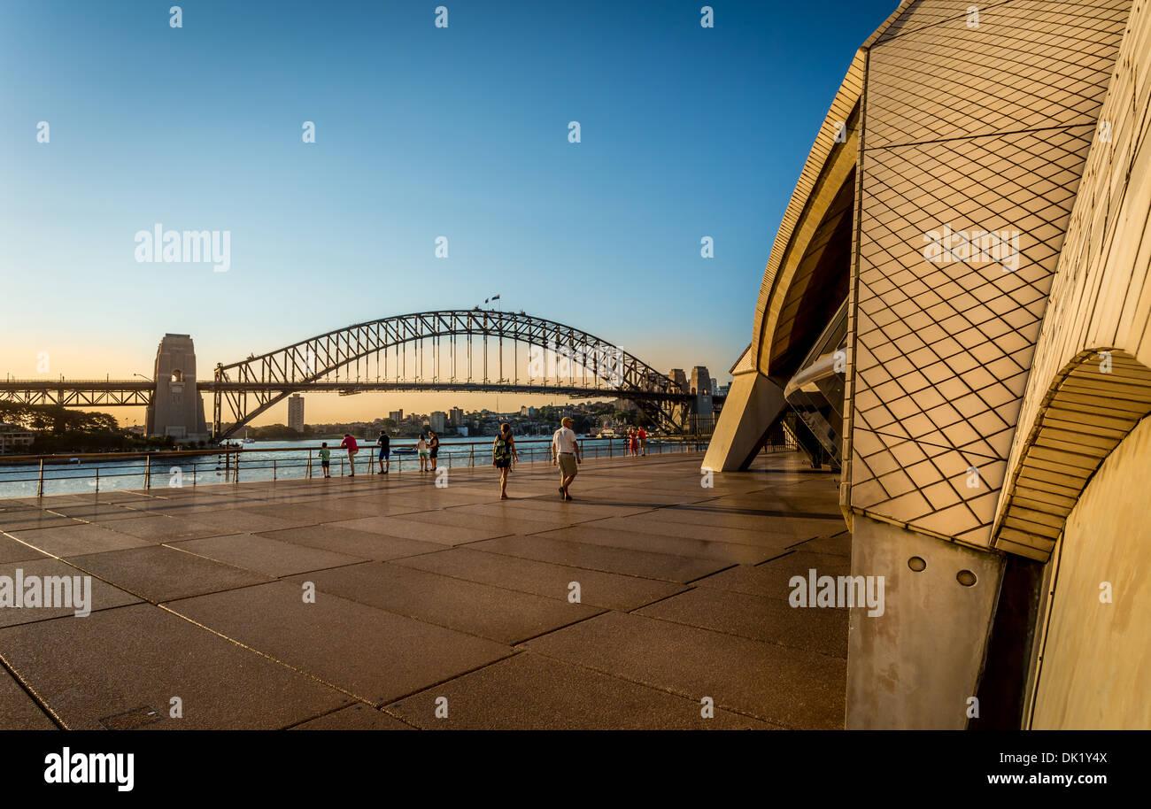 La Sydney Opera House, sulla parte anteriore e il Ponte del Porto sul retro, Sydney, Nuovo Galles del Sud, Australia Foto Stock
