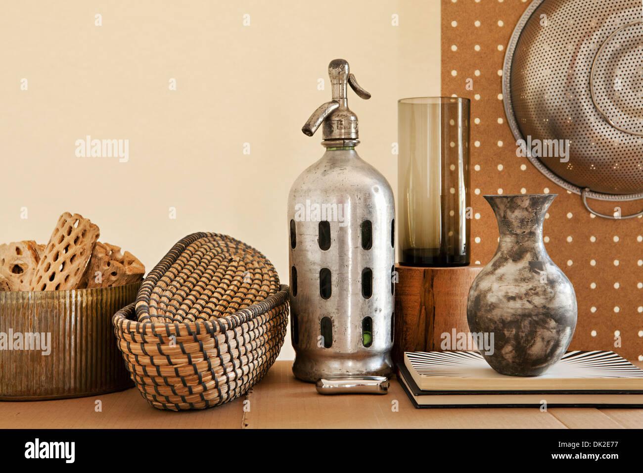 Seltzer, un vaso e una varietà di oggetti da cucina Immagini Stock