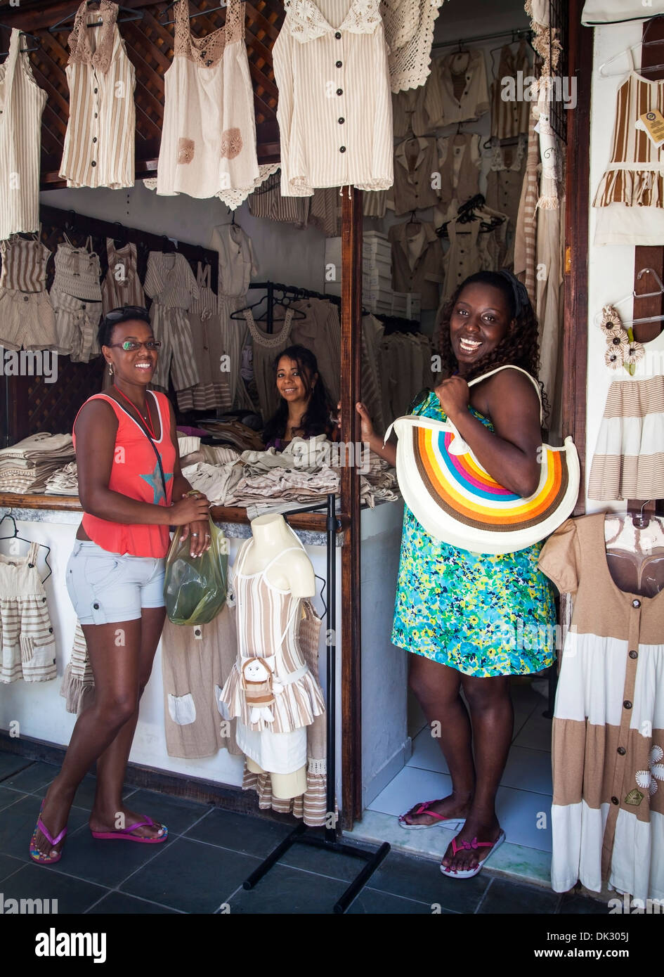 Le donne lo shopping al Centro de Turismo do Ceará, Fortaleza, Brasile. Immagini Stock