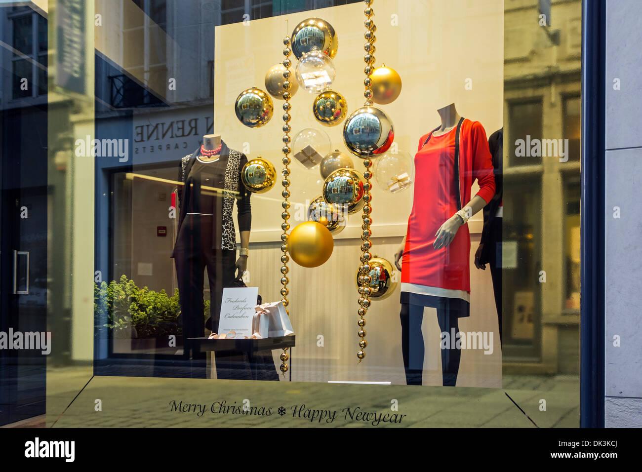 Vetrine Di Natale Abbigliamento.Le Decorazioni Di Natale In Vetrina Del Negozio Di