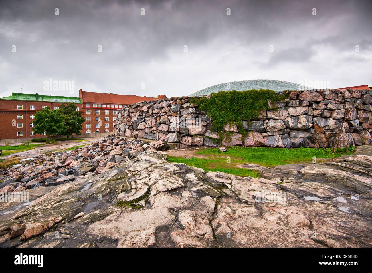 Chiesa Temppeliaukio a Helsinki in Finlandia. L'interno è stato scavato e costruito direttamente fuori di roccia solida. Immagini Stock