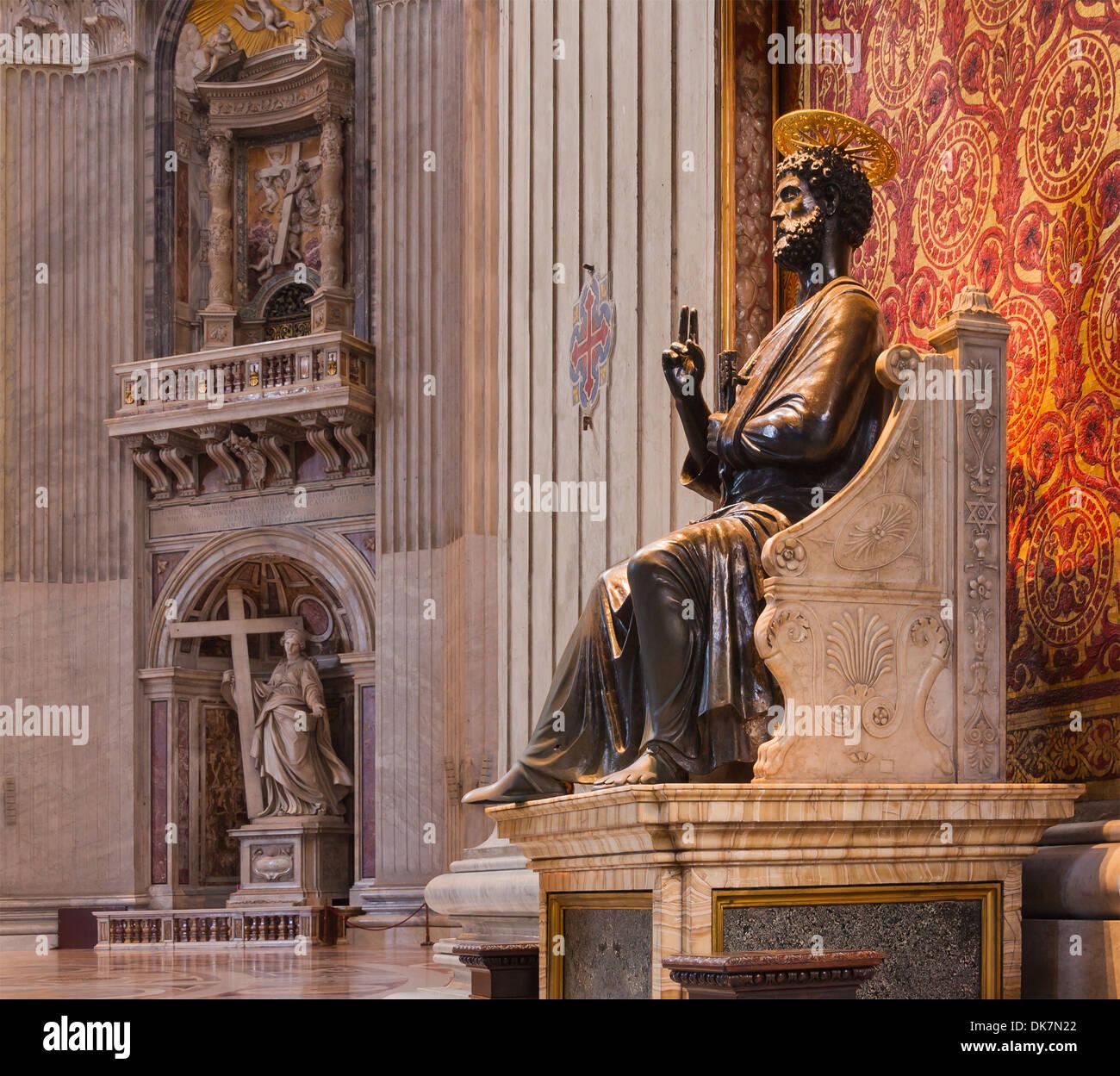 Statua di San Pietro da Arnolfo di Cambio nella Basilica di San Pietro. Sullo sfondo la statua di Sant'Elena di Foto Stock