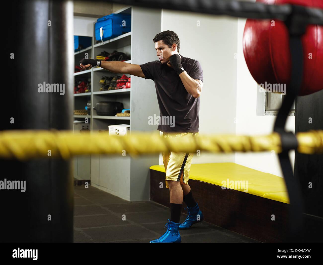Boxer in fase di riscaldamento in spogliatoio Immagini Stock
