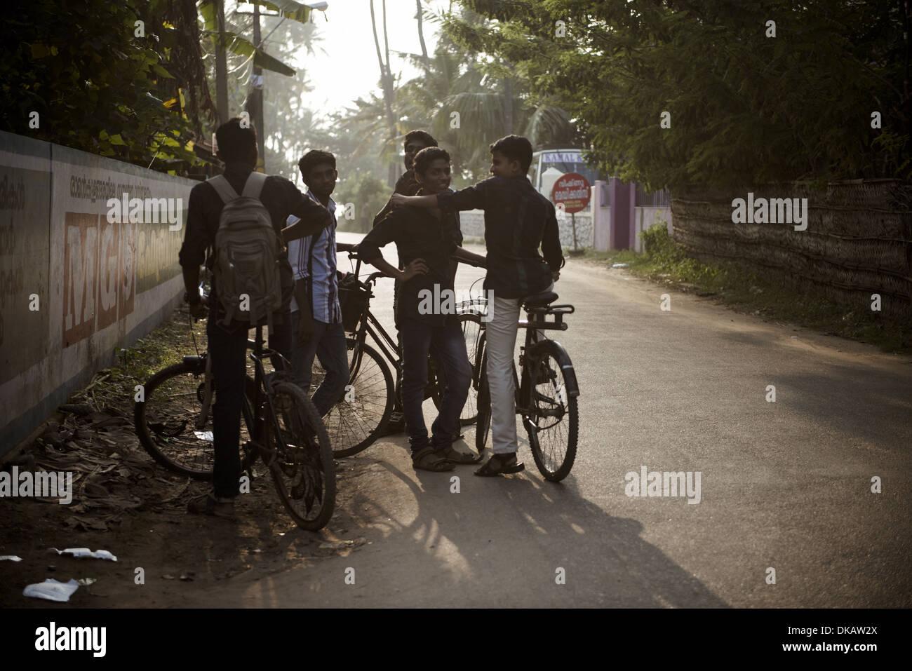 Gli adolescenti con bici, Quilon, India. Novembre 2013 Immagini Stock