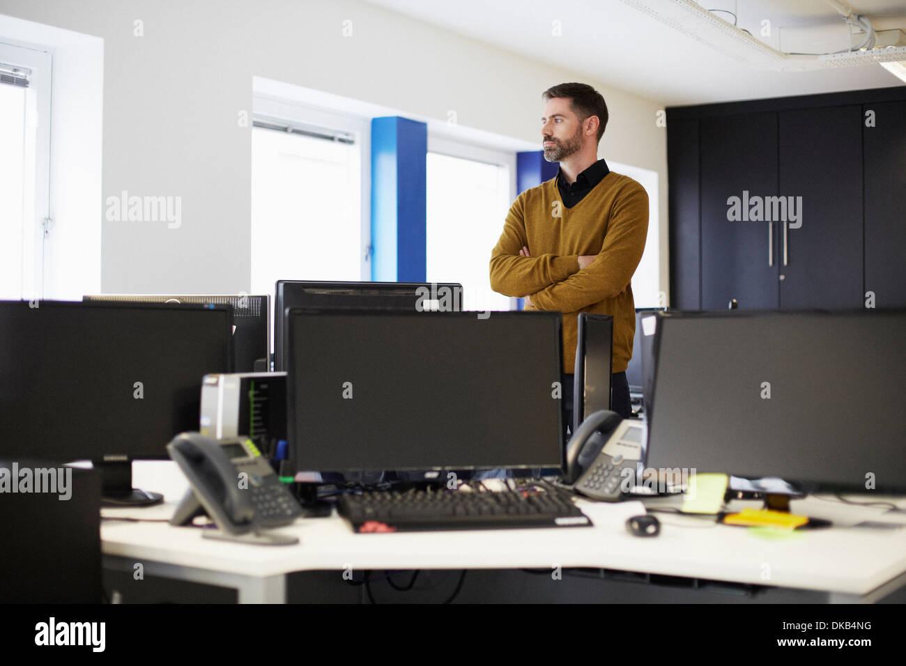 Imprenditore casual in ufficio Immagini Stock