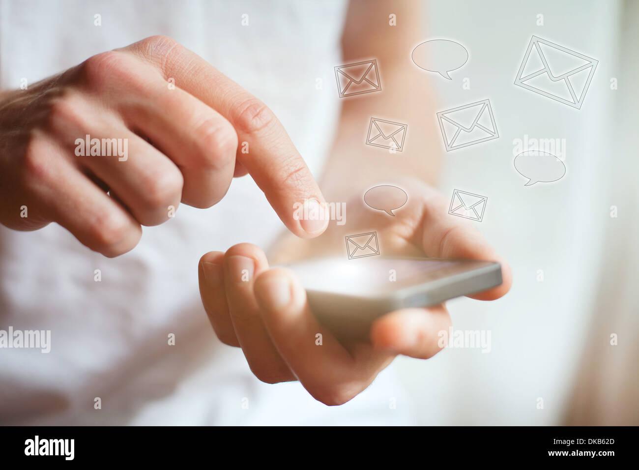 Le mani con lo smartphone, messaggi di testo e messaggi di posta elettronica Immagini Stock